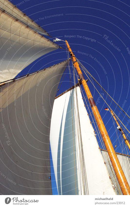 Segel im Wind alt Ferne Holz Wasserfahrzeug frei Fahne Segeln Schifffahrt Ostsee Schönes Wetter Strommast Blauer Himmel