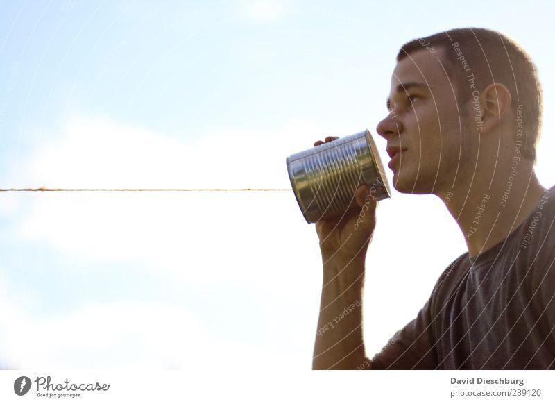 Ferngespräch Mensch Himmel Jugendliche Leben sprechen Spielen Junger Mann 18-30 Jahre Telefon Kommunizieren Telekommunikation Technik & Technologie Verbindung Leitung Dose Verbundenheit