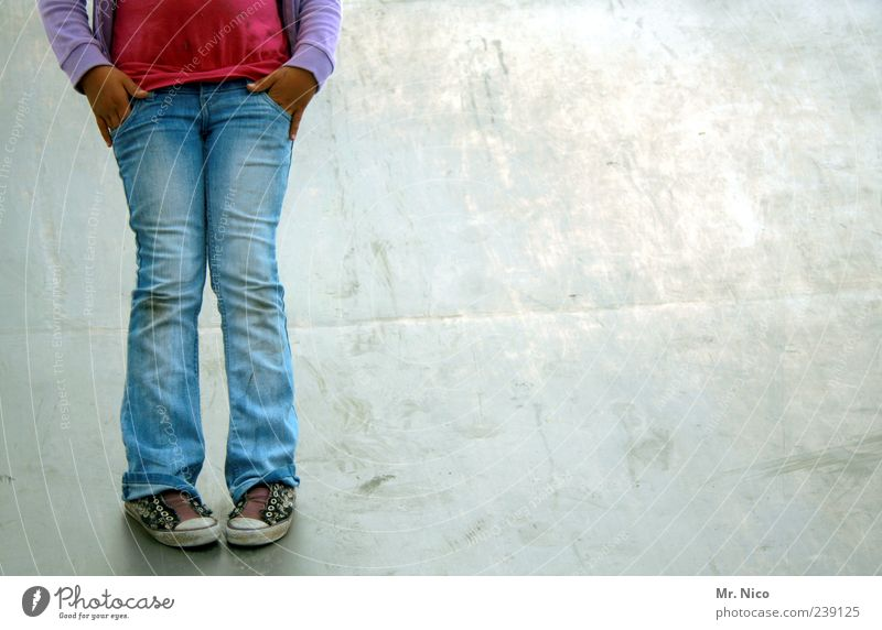 inkognito Mädchen Kindheit Beine Jeanshose Schuhe stehen Langeweile Nervosität Schüchternheit kopflos x-beinig Bekleidung bewegungslos ruhig anonym