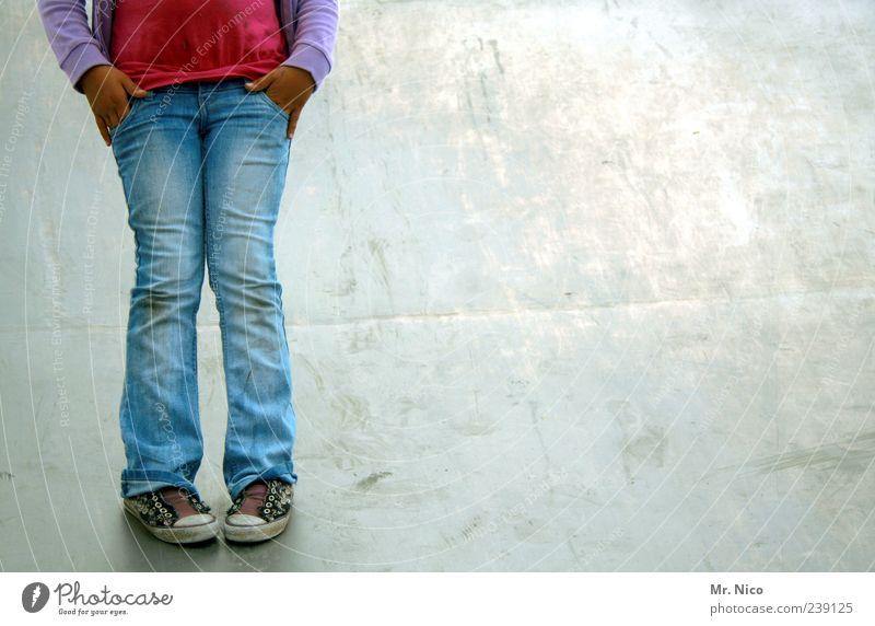 inkognito Mädchen ruhig Beine Schuhe Kindheit stehen Bekleidung Coolness Körperhaltung Jeanshose geheimnisvoll Jeansstoff Langeweile Turnschuh anonym lässig
