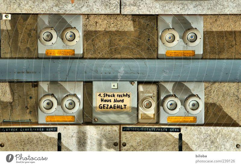 Strompreise vergleichen Installationen Energiewirtschaft Sicherungskasten Absicherung gelb grau weiß alt Elektrizität zählen Farbfoto Innenaufnahme Menschenleer