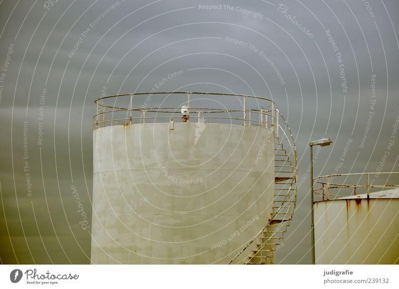 Island Industrie Himmel Wolken akranes Fabrik Bauwerk Treppe dunkel Tank rund Farbfoto Gedeckte Farben Außenaufnahme Menschenleer Silo Industrieanlage