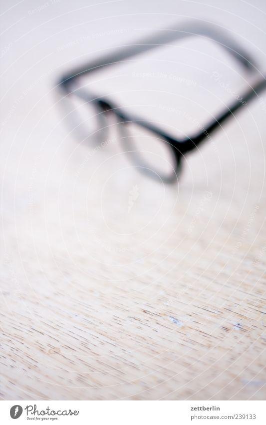 Brille Bildung Blick Unschärfe unklar Sehvermögen Tisch Suche Farbfoto Gedeckte Farben Innenaufnahme Nahaufnahme Detailaufnahme Makroaufnahme Experiment