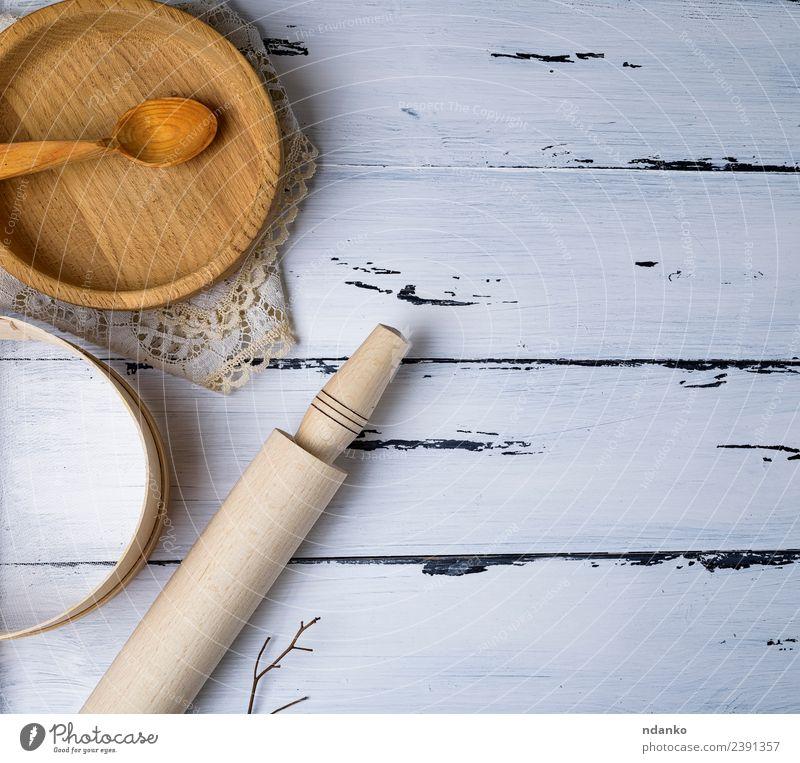 Platten, Siebe und Nudeln Teller Löffel Tisch Küche Werkzeug Holz oben retro braun weiß Tradition Utensil Haushalt Kulisse altehrwürdig Hintergrund Holzplatte