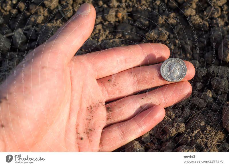 Römische Silbermünze (Denar) in der Hand eines Archäologen Reichtum Business Mensch Erwachsene Finger 1 18-30 Jahre Jugendliche Kunst Ausstellung Museum Umwelt