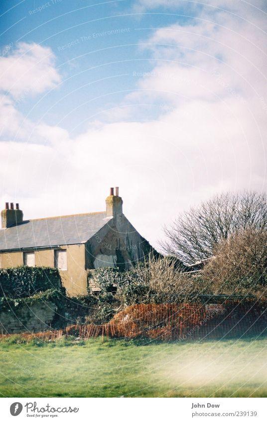 Englische Wohnkultur Himmel Wolken Schönes Wetter Baum Gras Sträucher Stadtrand Haus Einfamilienhaus Gebäude Architektur Fassade Dach Schornstein Idylle