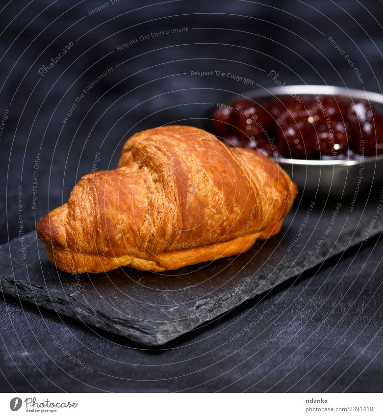 gebackenes Croissant Frucht Süßwaren Marmelade Essen Frühstück Mittagessen Tisch lecker braun rot schwarz Snack Erdbeeren rustikal Backwaren süß gebastelt