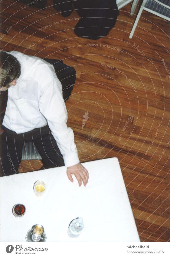 Tisch von oben Mann Wasser weiß sitzen Getränk retro Stuhl Hemd Parkett Aschenbecher Fototechnik Mensch