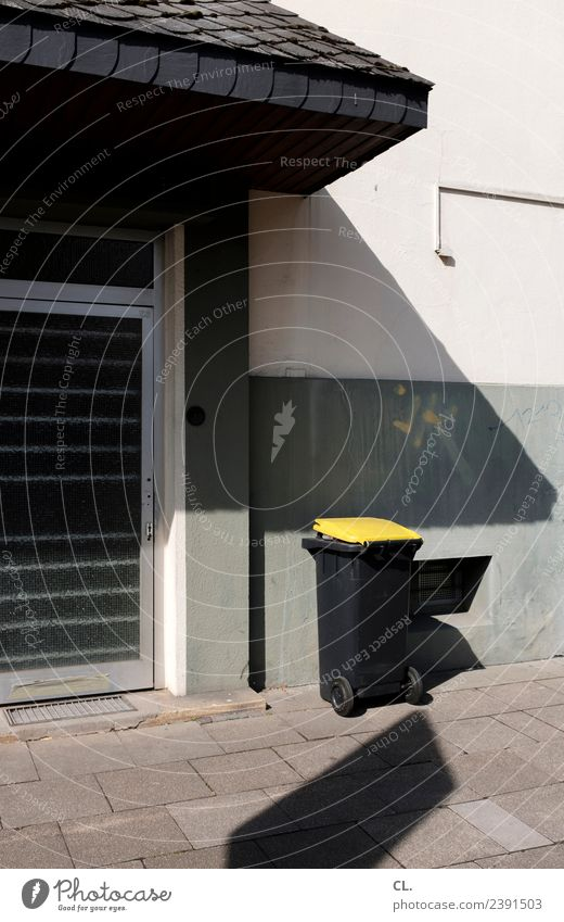 leerungstermin Haus Mauer Wand Tür Bürgersteig Müll Müllentsorgung Müllbehälter nachhaltig Sauberkeit gelb Ordnung Umwelt Umweltschutz Müllverwertung Recycling