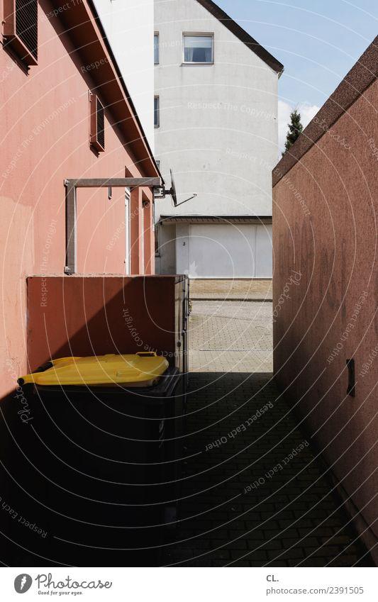hausmüll Himmel Schönes Wetter Haus Architektur Garage Mauer Wand Fenster Müll Müllbehälter Satellitenantenne gelb eng Müllverwertung Hinterhof Hausmüll
