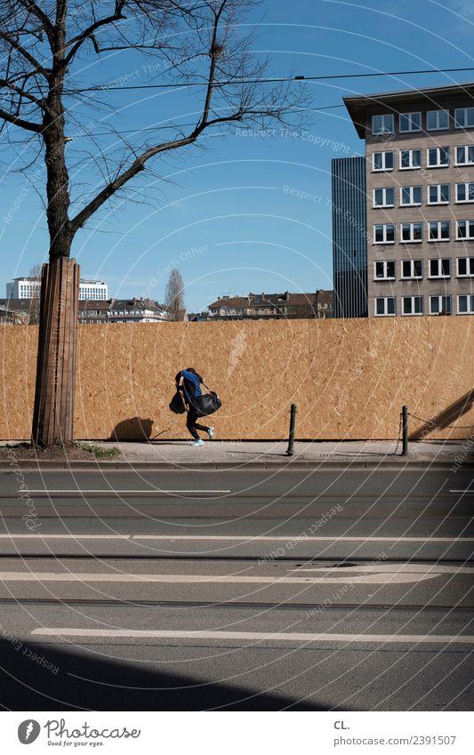 border boy Mensch Himmel Jugendliche Stadt Baum Haus Straße Architektur Wand Wege & Pfade Bewegung Gebäude Junge Mauer Fassade gehen