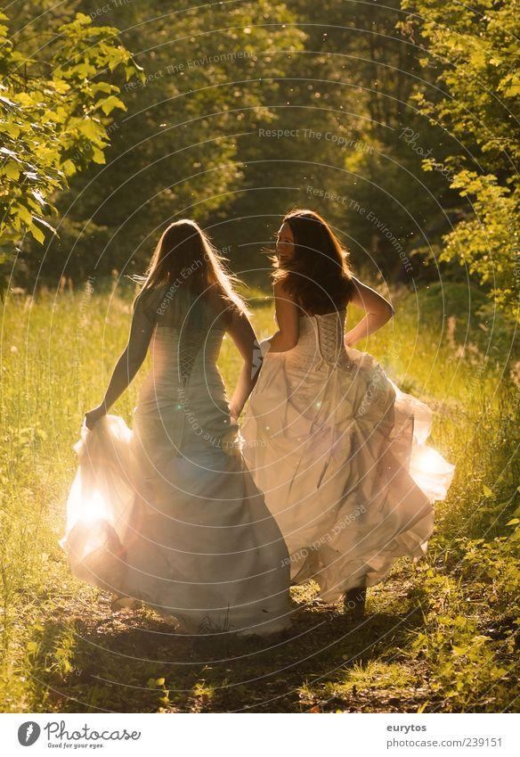 ... Mensch feminin Junge Frau Jugendliche Freundschaft Paar 2 18-30 Jahre Erwachsene Natur Pflanze Schönes Wetter Mode Bekleidung rennen Glück schön grün weiß