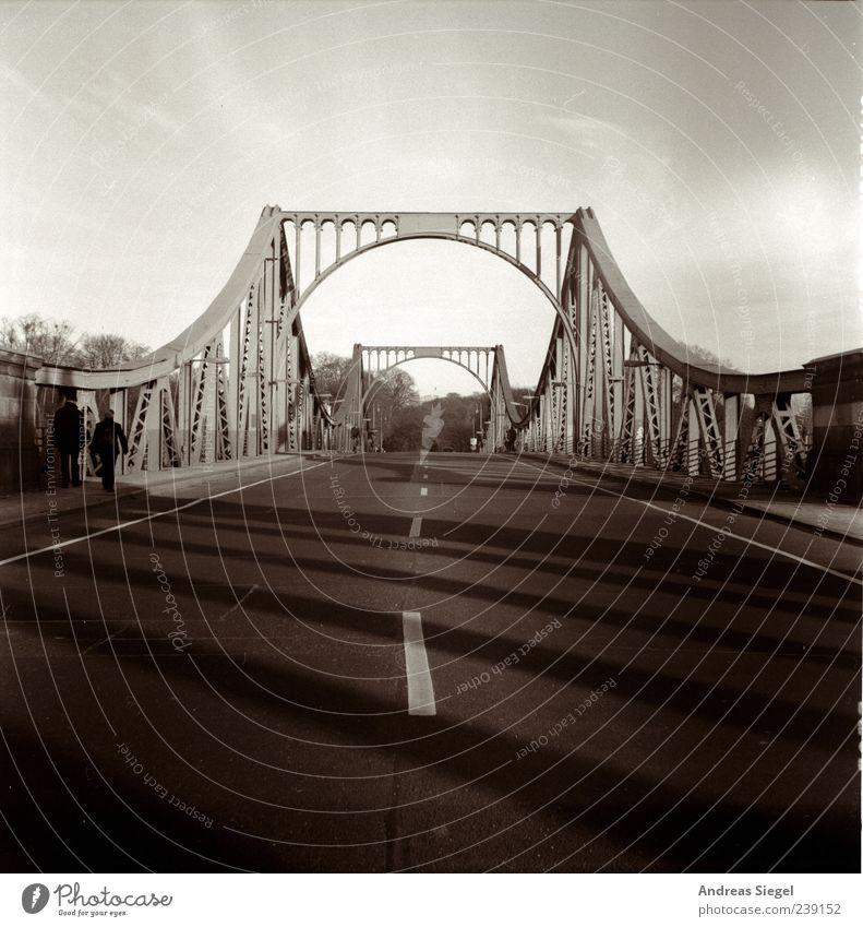 Glienicker Brücke Straße Architektur Metall Verkehr leer Schönes Wetter Quadrat Verkehrswege Sehenswürdigkeit Fußgänger Mittelformat Stadtrand Potsdam