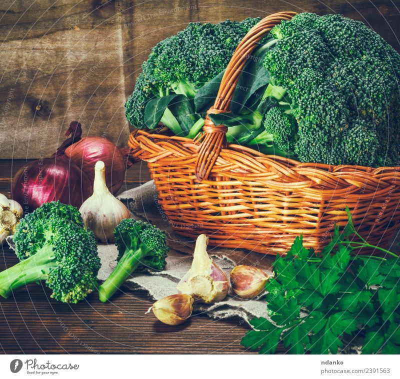 frischer Brokkoli in einem weidenbraunen Korb Gemüse Salat Salatbeilage Ernährung Essen Vegetarische Ernährung Diät Tisch Natur Pflanze Holz natürlich grün