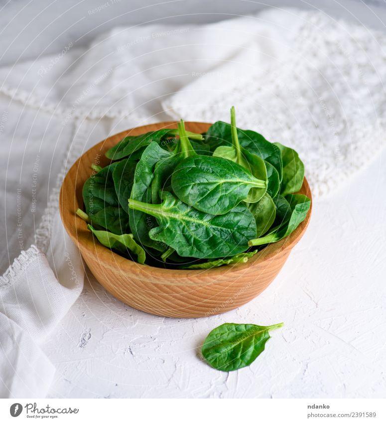 grüne Spinatblätter Gemüse Salat Salatbeilage Kräuter & Gewürze Vegetarische Ernährung Teller Schalen & Schüsseln Tisch Natur Pflanze Blatt Holz frisch