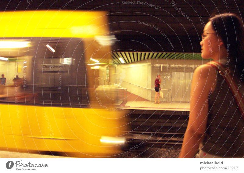Warten auf die Bahn Stuttgart Geschwindigkeit fahren Bahnsteig Frau Asiate Silhouette Eisenbahn U-Bahn Verkehr Stadtbahn Charlottenplatz Bewegung warten Arme
