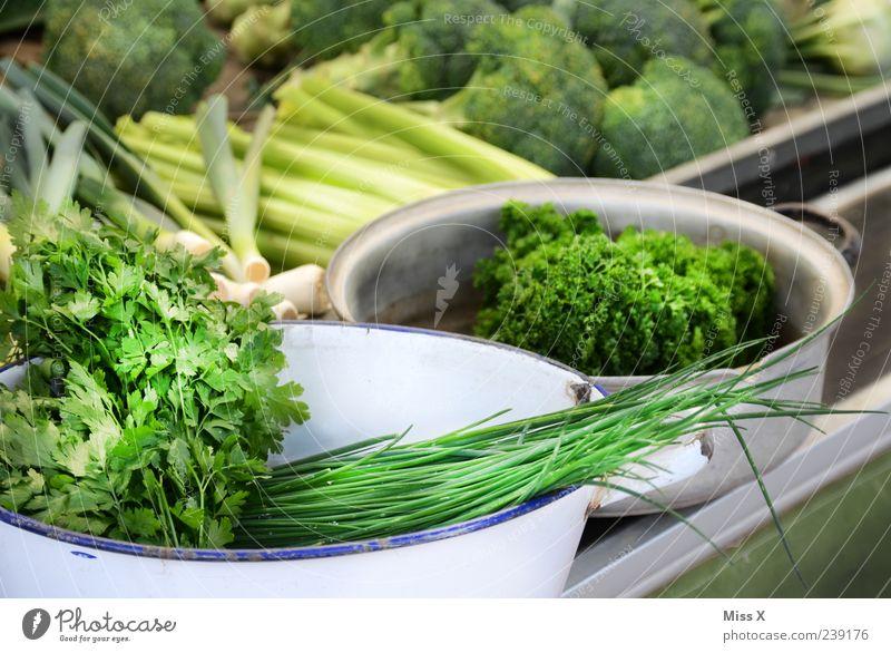 grins Gmihs grün Ernährung Lebensmittel frisch Gemüse Kräuter & Gewürze lecker Bioprodukte Markt Schalen & Schüsseln Schnittlauch Porree Marktstand Nahaufnahme
