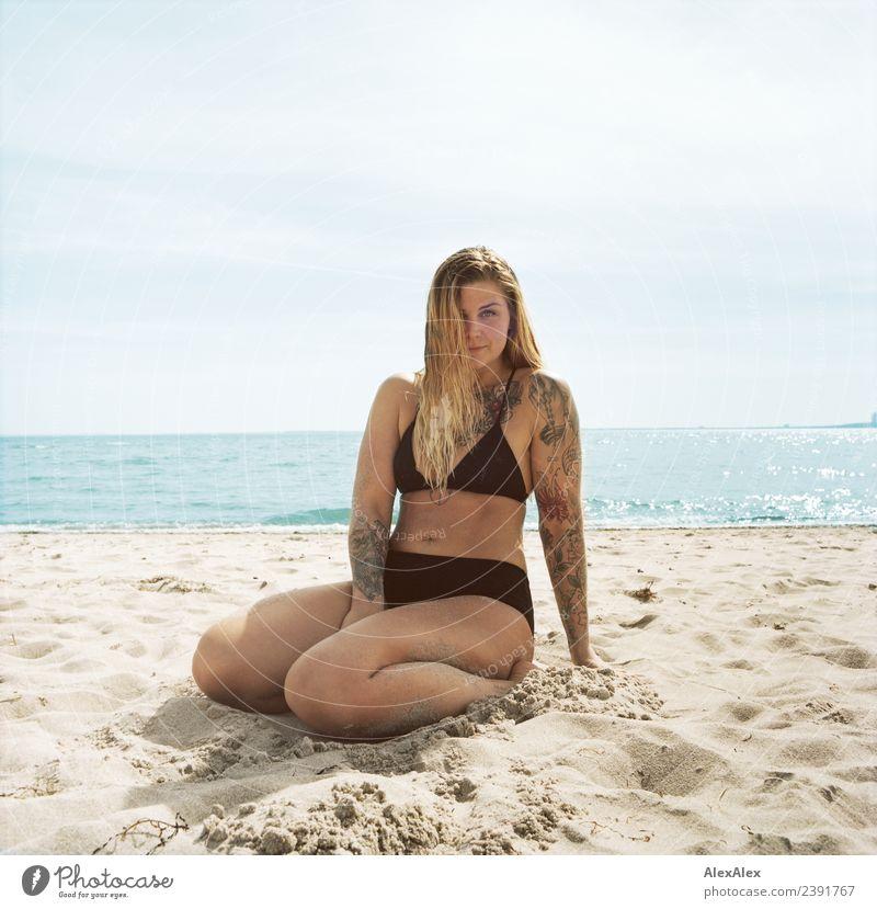 große Frau sitzt am Ostseestrand Lifestyle Freude schön Wellness Wohlgefühl Sommer Sommerurlaub Junge Frau Jugendliche 18-30 Jahre Erwachsene Sand