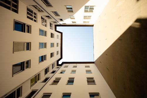 BauO Bln Stadt Haus ruhig Fenster Zeit Fassade Stimmung Ordnung authentisch Perspektive Schönes Wetter hoch Klima Stadtzentrum Wolkenloser Himmel Inspiration