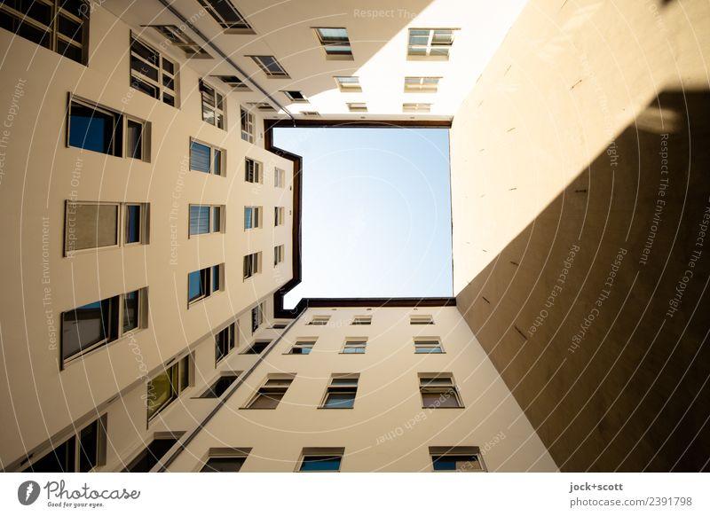 Hinterhof Lichthof Wolkenloser Himmel Schönes Wetter Stadthaus Fassade Fenster Brandmauer authentisch eckig hoch trist Verschwiegenheit Symmetrie Quadrat