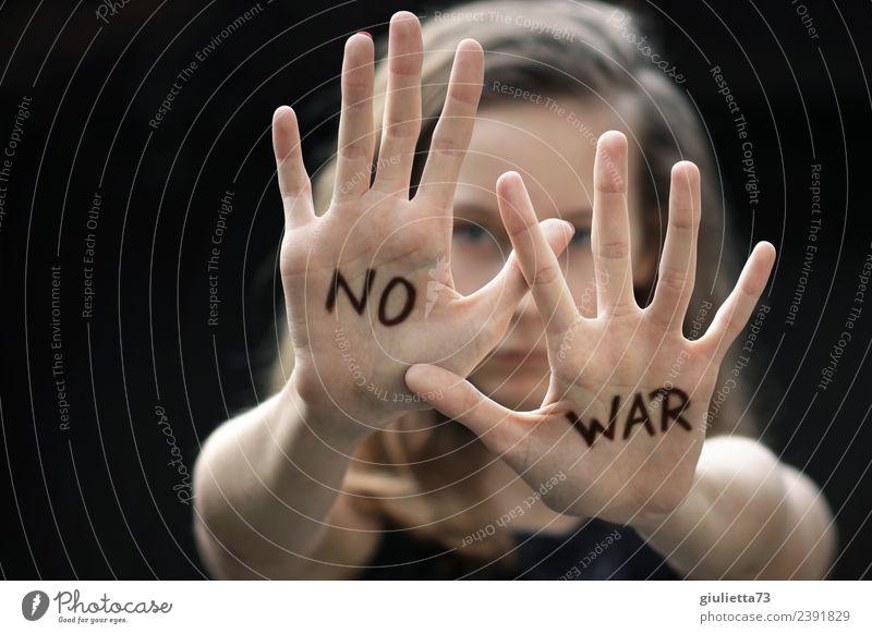 Ablehnung | Stopp! Nein, nie wieder Krieg! feminin Kind Mädchen Junge Frau Jugendliche Hand 1 Mensch 8-13 Jahre Kindheit 13-18 Jahre langhaarig Zeichen