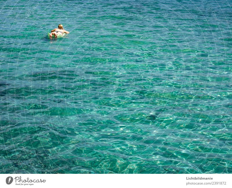 mit Luftmatratze im Meer Freude schön Freizeit & Hobby Ferien & Urlaub & Reisen Ausflug Freiheit Sommer Sommerurlaub Sonne Sonnenbad Wellen Wassersport