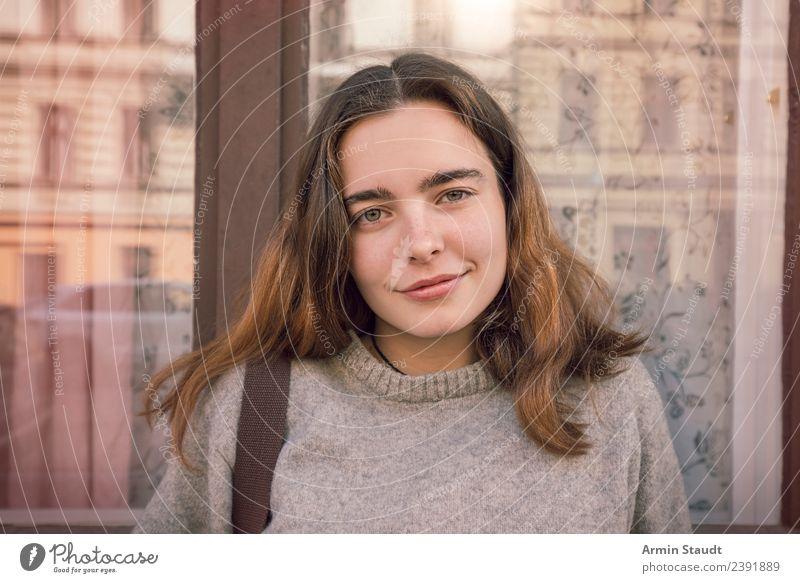 Porträt vor Fenster Lifestyle Stil Freude Glück schön Leben Wohlgefühl Zufriedenheit Sinnesorgane Mensch feminin Junge Frau Jugendliche Erwachsene Gesicht 1