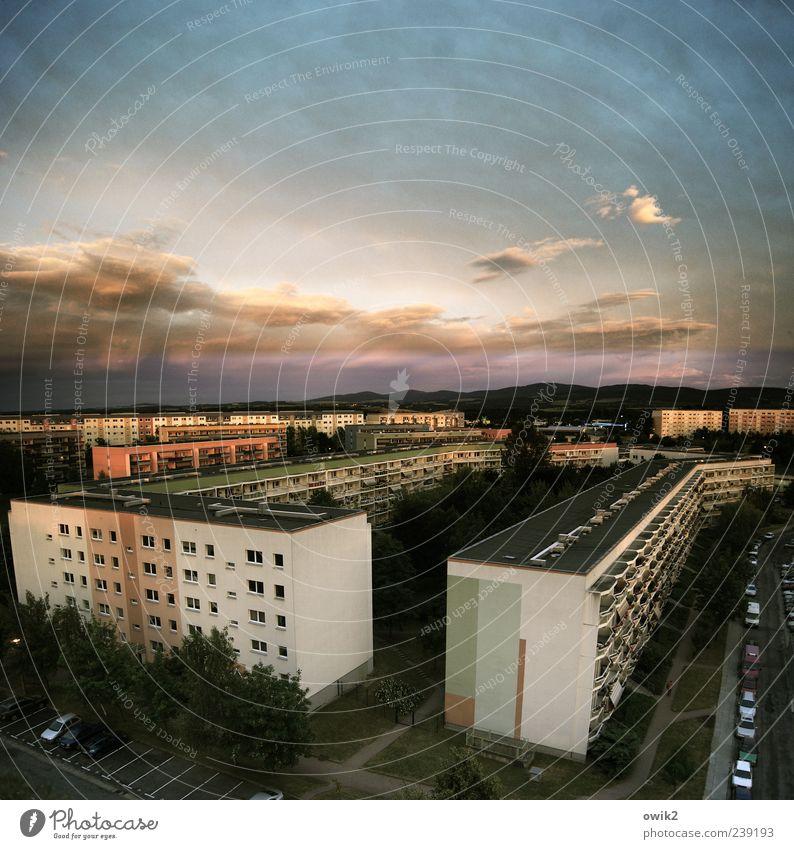 Mit sozialistischem Gruße Himmel Wolken Klima Baum Kleinstadt Stadtrand bevölkert Haus Bauwerk Gebäude Architektur Plattenbau Sozialer Brennpunkt Mauer Wand