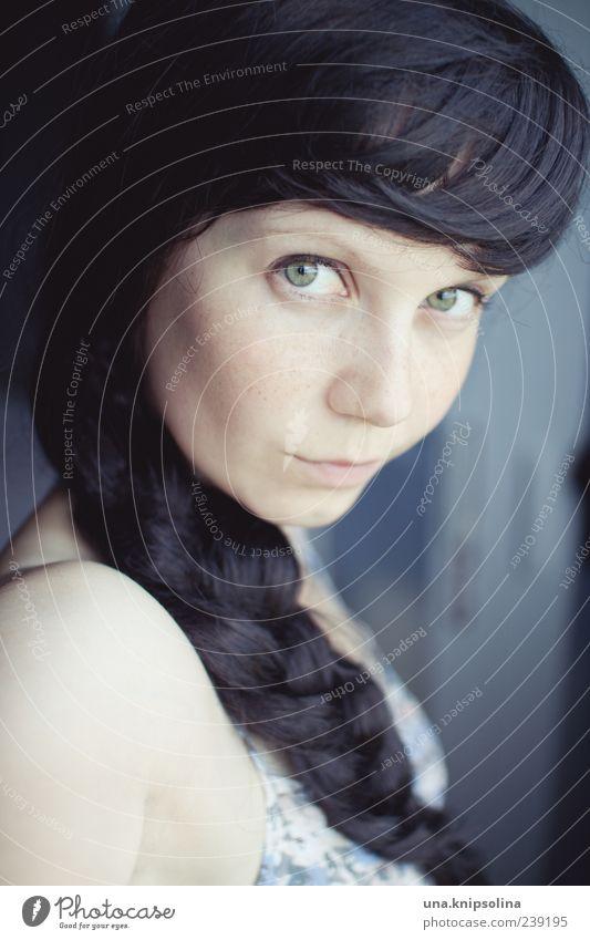 geflochten feminin Junge Frau Jugendliche Erwachsene 1 Mensch 18-30 Jahre Haare & Frisuren schwarzhaarig langhaarig Pony Zopf Farbfoto Innenaufnahme Porträt