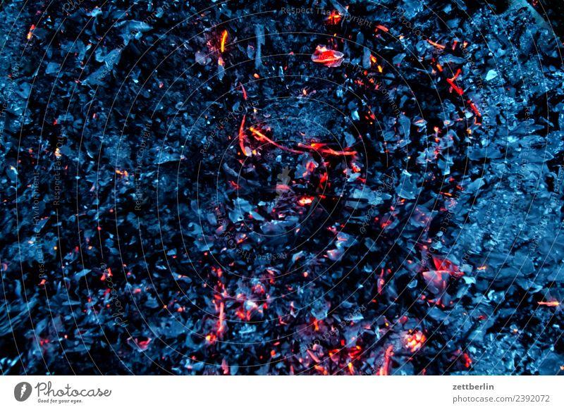 Glut (A) Brandasche Feuer brennen Flamme verbrannt heiß Wärme Grill Grillen Ende löschen Zerstörung Menschenleer Textfreiraum Hintergrundbild