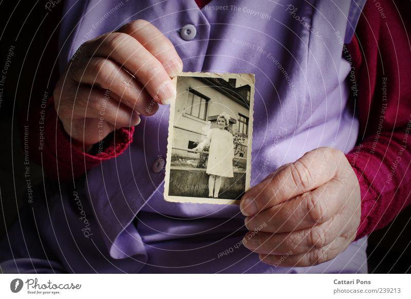 Zeitwunder Frau Kind Jugendliche alt Hand feminin Leben Senior Zeit Kindheit Fotografie Wandel & Veränderung niedlich Vergänglichkeit Kleid festhalten