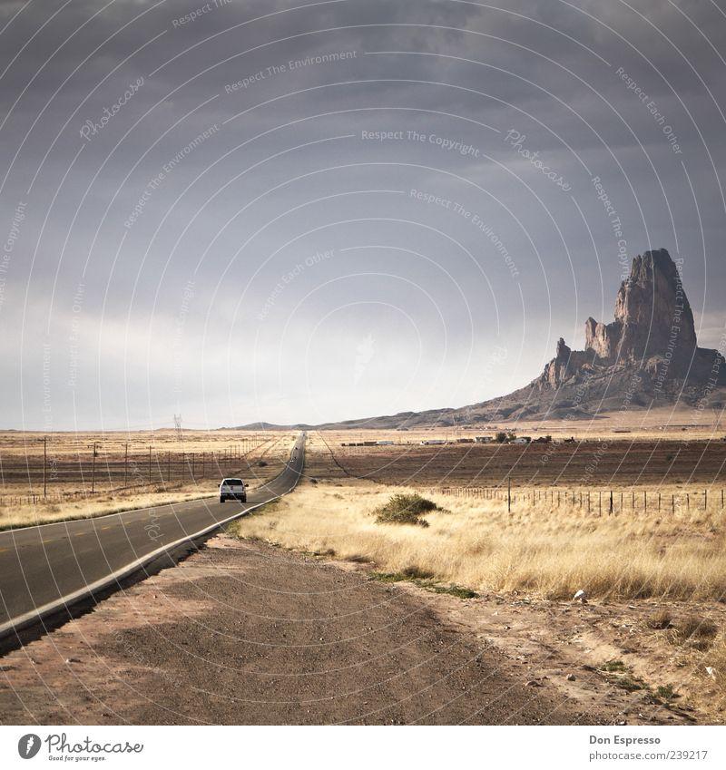 U.S. 163 Natur Ferien & Urlaub & Reisen Sommer Wolken Ferne Landschaft Straße Berge u. Gebirge Freiheit PKW Felsen fahren Schönes Wetter Wüste USA Unendlichkeit
