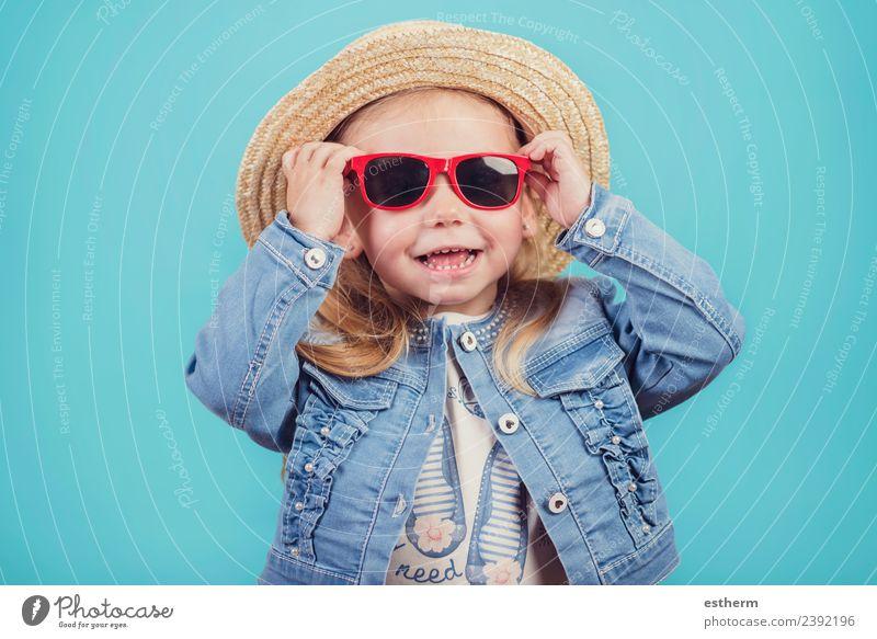 Baby mit Hut und Sonnenbrille Lifestyle Freude Ferien & Urlaub & Reisen Tourismus Abenteuer Mensch feminin Mädchen Kindheit 1 3-8 Jahre festhalten Lächeln