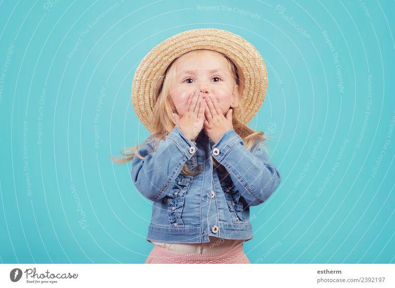 fröhliches und lächelndes Baby mit Hut auf blauem Hintergrund Lifestyle Freude Ferien & Urlaub & Reisen Abenteuer Freiheit Mensch feminin Mädchen Kindheit 1