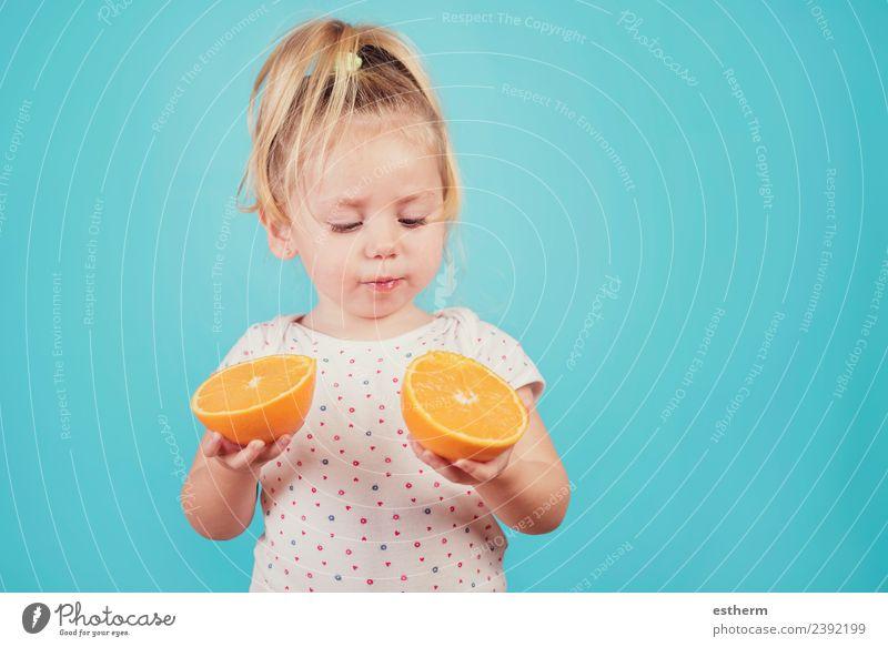 Kind Mensch Gesunde Ernährung Freude Mädchen Essen Lifestyle Gesundheit feminin Lebensmittel Denken Frucht Orange Kindheit Lächeln