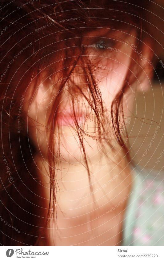 rote Zora Mensch feminin Junge Frau Jugendliche Kopf Haare & Frisuren rothaarig beobachten blau Einsamkeit Farbfoto Innenaufnahme Kunstlicht Blitzlichtaufnahme