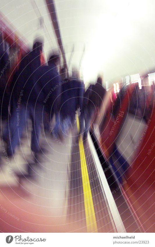 London Underground 4 U-Bahn Bahnsteig Neonlicht Licht unterwegs einsteigen stoppen Verkehr einfahrender Zug Mensch Platform Passagier
