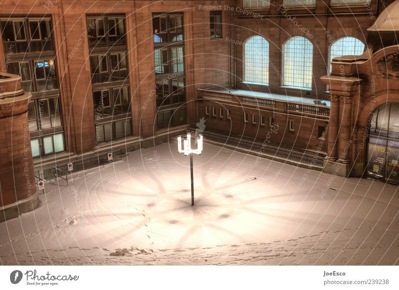 #239238 Winter Einsamkeit ruhig dunkel Schnee Fassade Platz Spuren Bauwerk Laterne Straßenbeleuchtung Fußspur Stadtzentrum Hauptstadt Altbau Umwelt