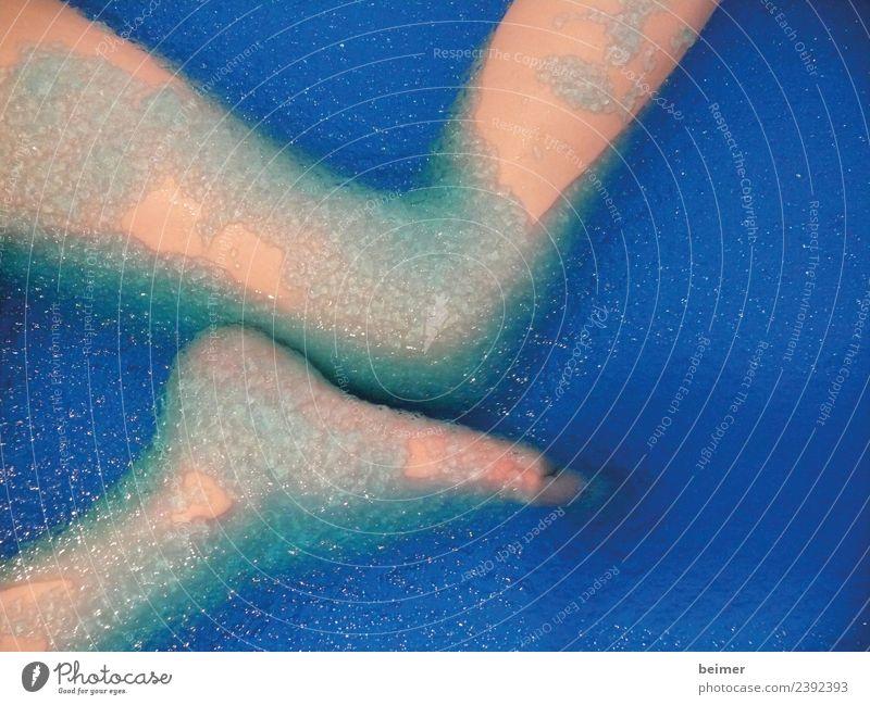 Nixe Beine Fuß Wasser Schwimmen & Baden Flüssigkeit nackt nass schleimig blau Farbfoto Innenaufnahme Detailaufnahme Textfreiraum rechts