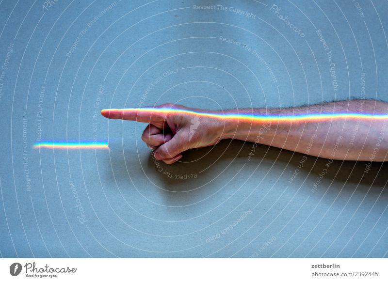 Zeigefinger mit Buntlicht (4) Arme mehrfarbig Farbe Finger Hand Licht Lichtbrechung Lichtstrahl Mann Mensch Physik Prisma Regenbogen regenbogenfarben