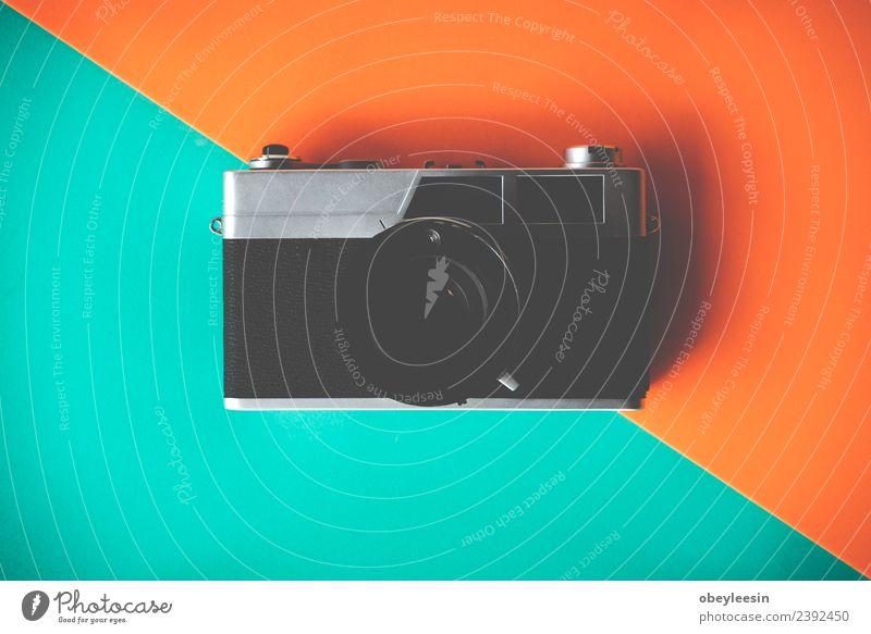 Kreatives Flachlegen mit alter Kamera auf farbigem Hintergrund Kaffee Ferien & Urlaub & Reisen Tourismus Ausflug Sommer Schreibtisch Tisch