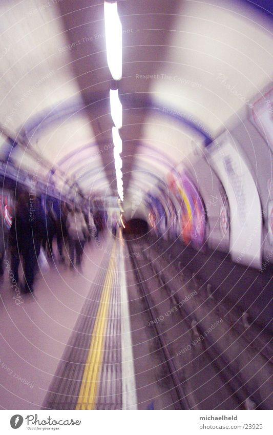 London Underground 2 Verkehr rund Gleise U-Bahn Neonlicht Bahnsteig unterirdisch Öffentlicher Personennahverkehr Tunnelblick Bahnhof Fluchtpunkt Fluchtlinie