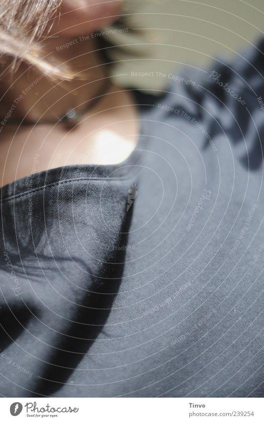 feel save blau schwarz außergewöhnlich T-Shirt Stoff brünett Halskette Haarsträhne Stofffalten
