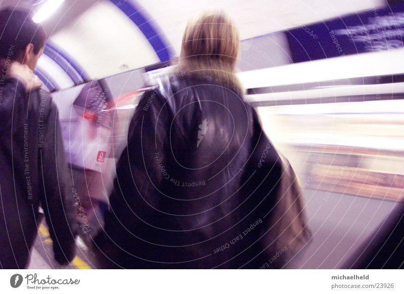 London Underground 1 Frau Mensch Rücken Verkehr Eisenbahn Geschwindigkeit fahren U-Bahn Mobilität rückwärts unterwegs Rucksack