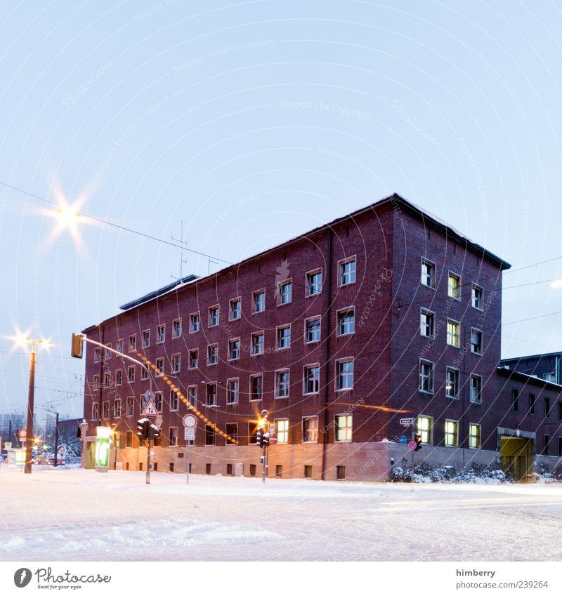 headquarter Haus Fenster Straße Schnee Architektur Wege & Pfade Gebäude Wetter Fassade Energiewirtschaft Verkehr Bankgebäude Bauwerk Laterne chaotisch