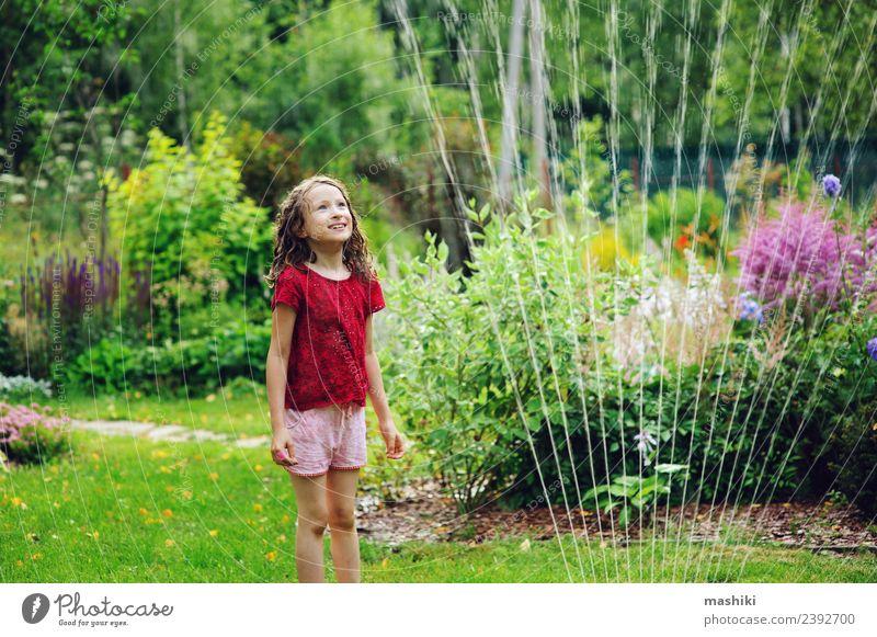 Kleines Mädchen spielt mit Gartensprinkleranlage Freude Glück Spielen Sommer Kind Kindheit Wetter Wärme Blume Gras Tropfen genießen Lächeln springen