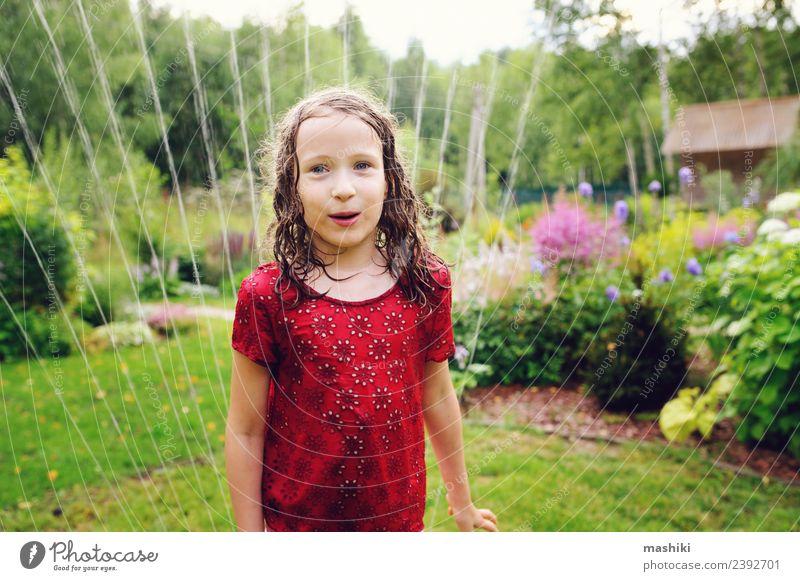 Kind Sommer Blume Freude Wärme lustig Gefühle Gras Glück Spielen Garten springen hell Wetter Kindheit Lächeln