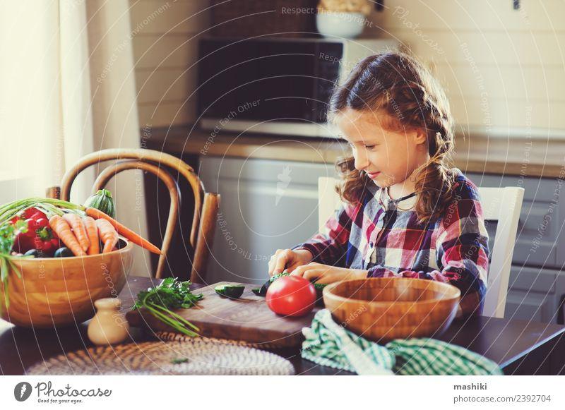 Kind Freude Erwachsene Lifestyle Familie & Verwandtschaft klein Glück Wachstum frisch Tisch Küche Mutter Gemüse heimwärts Abendessen Mittagessen