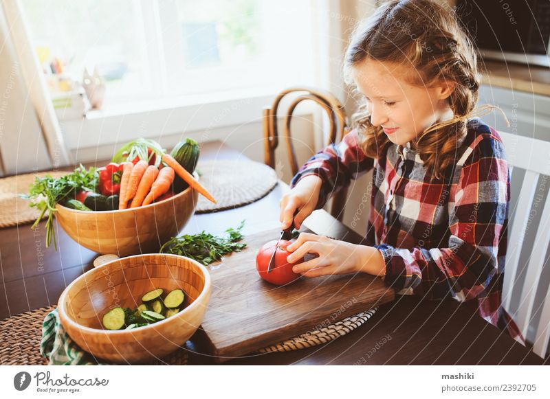 Kind Erwachsene Lifestyle Familie & Verwandtschaft klein Wachstum frisch Tisch Küche Mutter Gemüse Bauernhof heimwärts Abendessen Mittagessen Salatbeilage