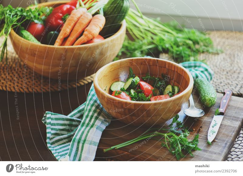 Sommer Lifestyle Holz Wachstum frisch Tisch Küche Gemüse Jahreszeiten Bauernhof Ernte heimwärts Teller Abendessen Landwirt Mittagessen